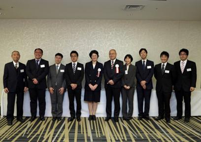 藤森理事長(左端)と受賞された先生方