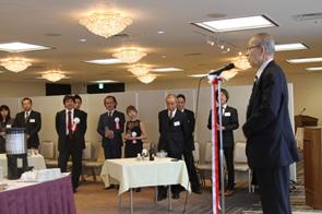 祝賀会で祝辞を述べられる原隆昭評議員長